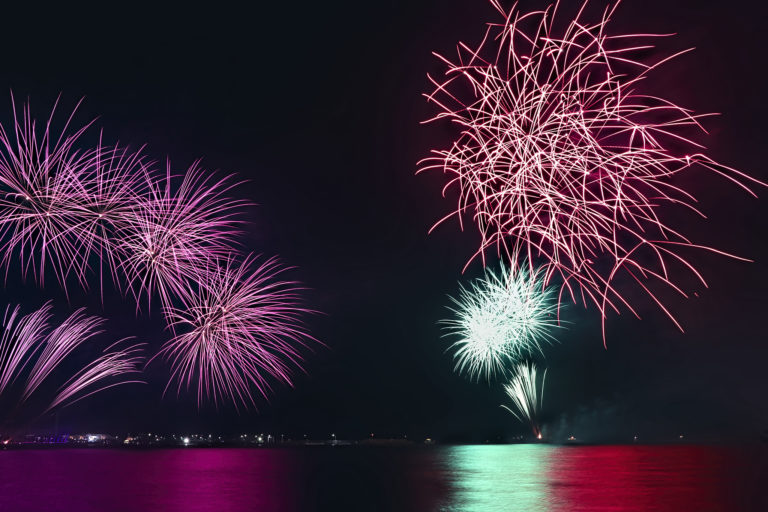 海面に反射する光がきれいな花火