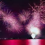 水面を真っ赤に染める光を放つ花火