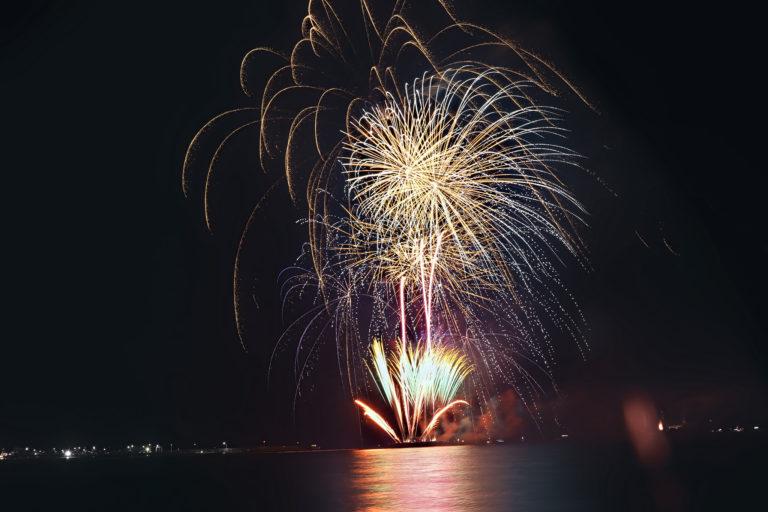 夏の夜を彩る華麗な海上花火
