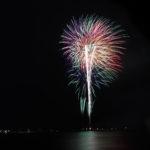色とりどり光を放つ花火
