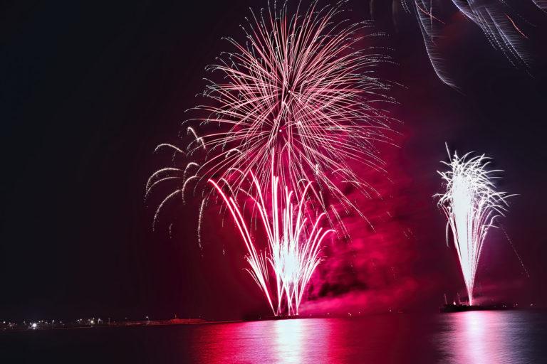 海を真っ赤に染める打ち上げ花火