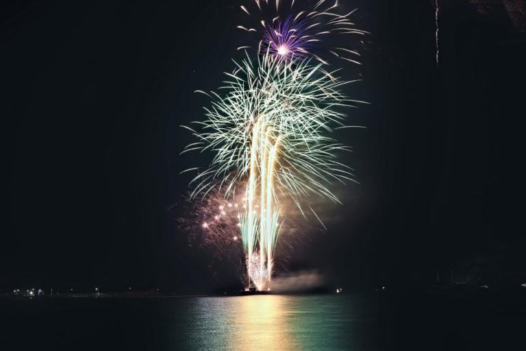 光の光線がキラキラと美しい花火