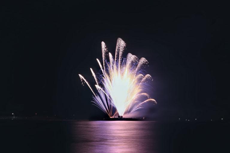 水面に幻想的に浮かび上がる噴水花火