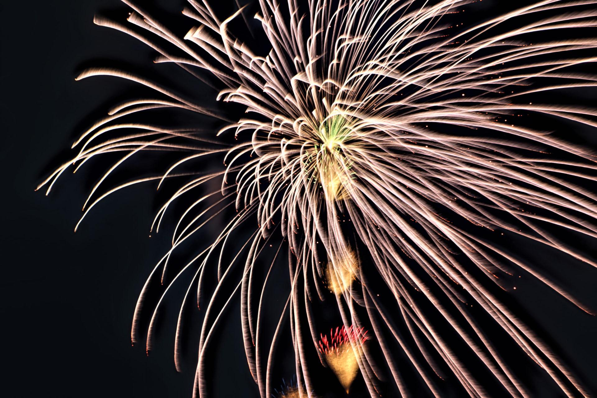 夜空に弾け飛ぶ光線のような花火