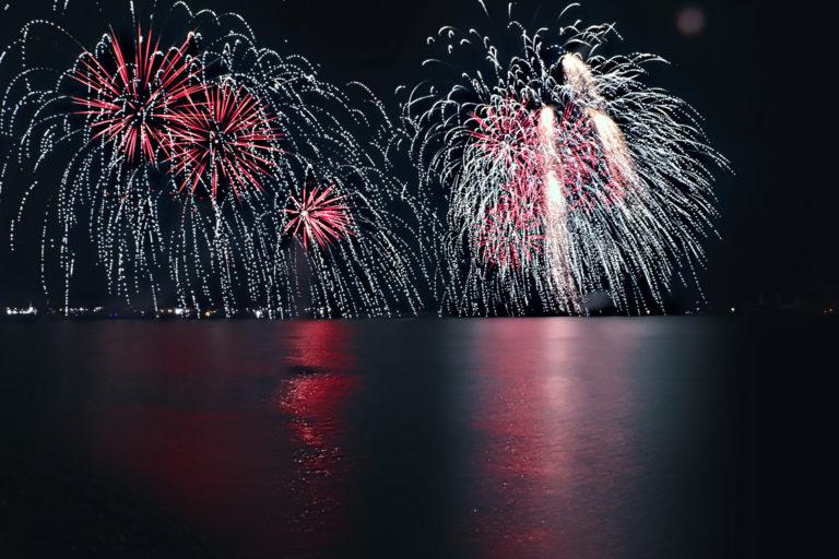 赤い花火と光の乱舞
