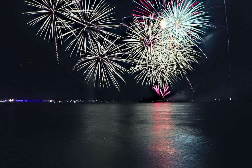海面に反射する光が美しい打上花火