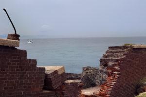 友が島 崩れた第二砲台から眺める海