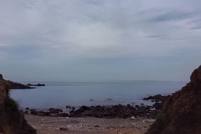 友が島 今にも雨が降りそうな空と寂しい雰囲気の海