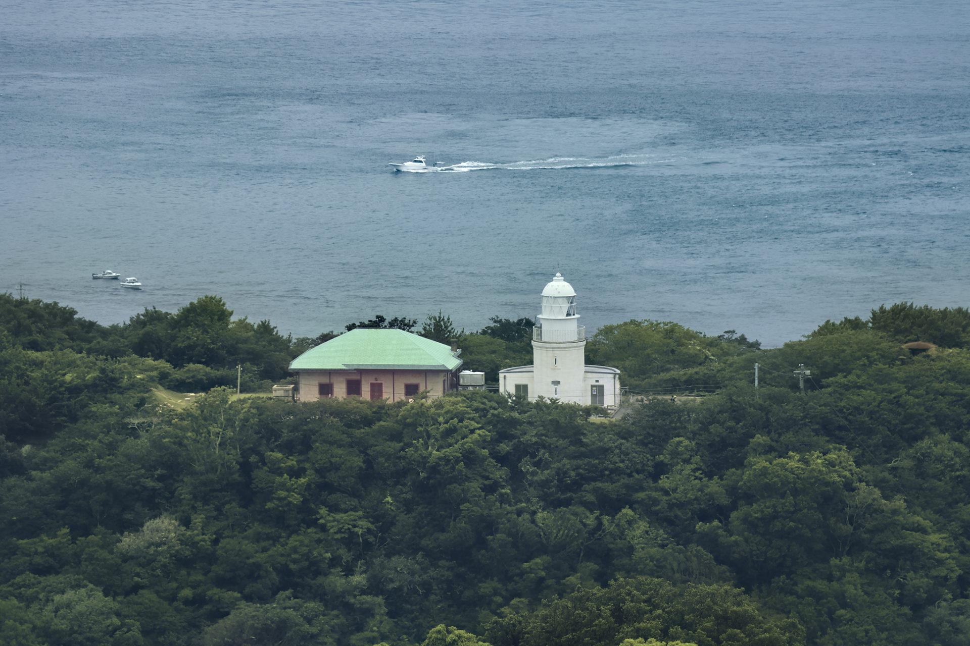 高台から友が島灯台を望む風景