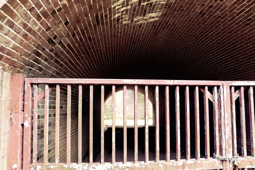 友が島 レンガのトンネルと錆びた鉄柵