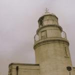 曇り空の日の友が島灯台