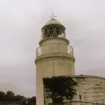 高台に建つ友が島灯台