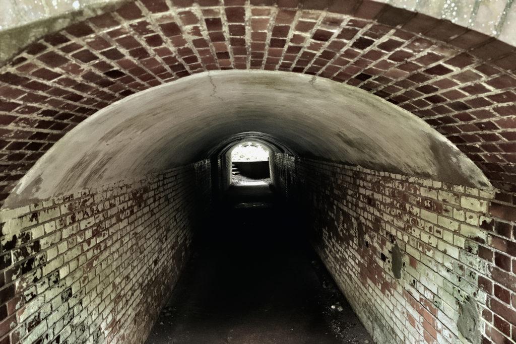 友が島 レンガのトンネル