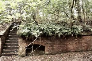 友が島 レンガ造りの壁と石段