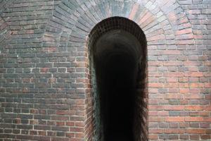 軍事要塞だった友が島 レンガのトンネル