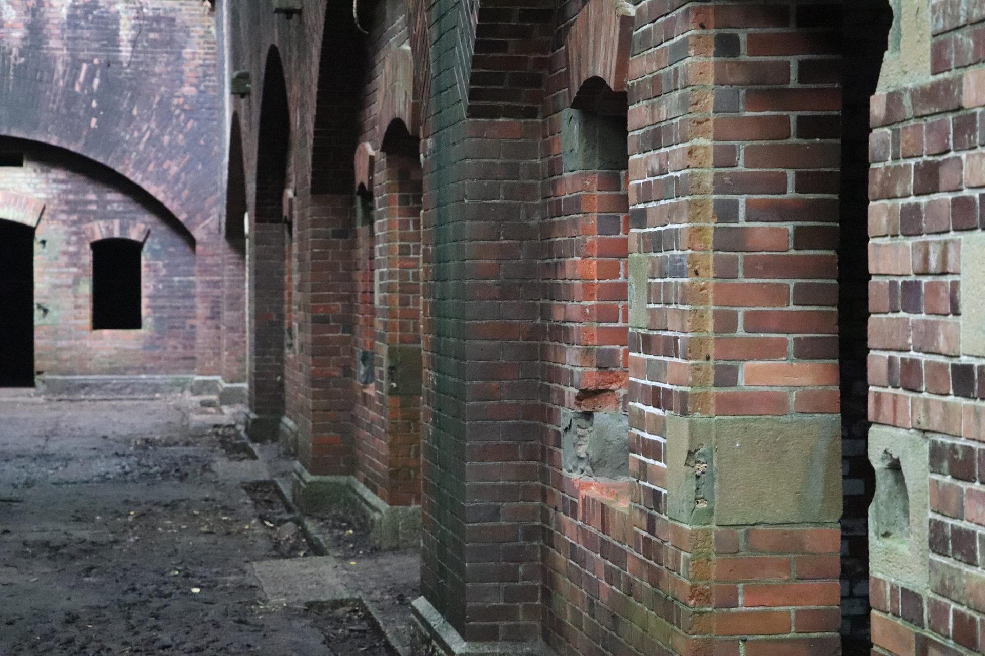 友が島 第三砲台跡 所々レンガが崩れている壁
