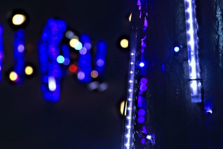 青いイルミネーションの光と電球