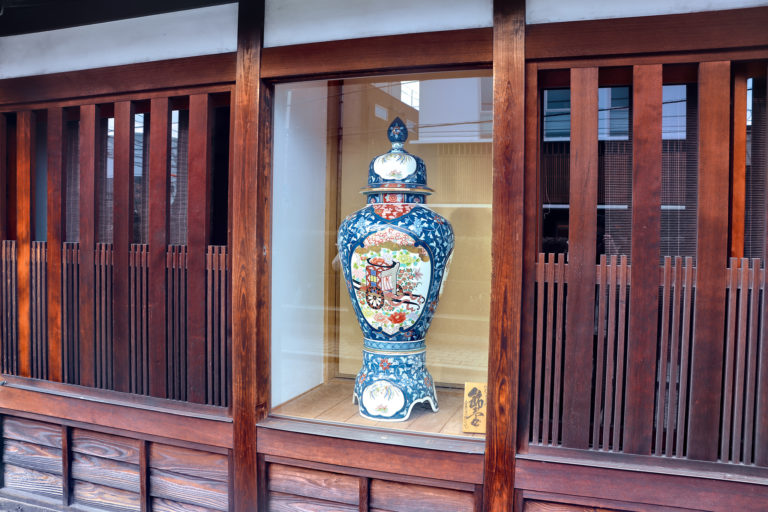 倉敷美観地区 窓と壺