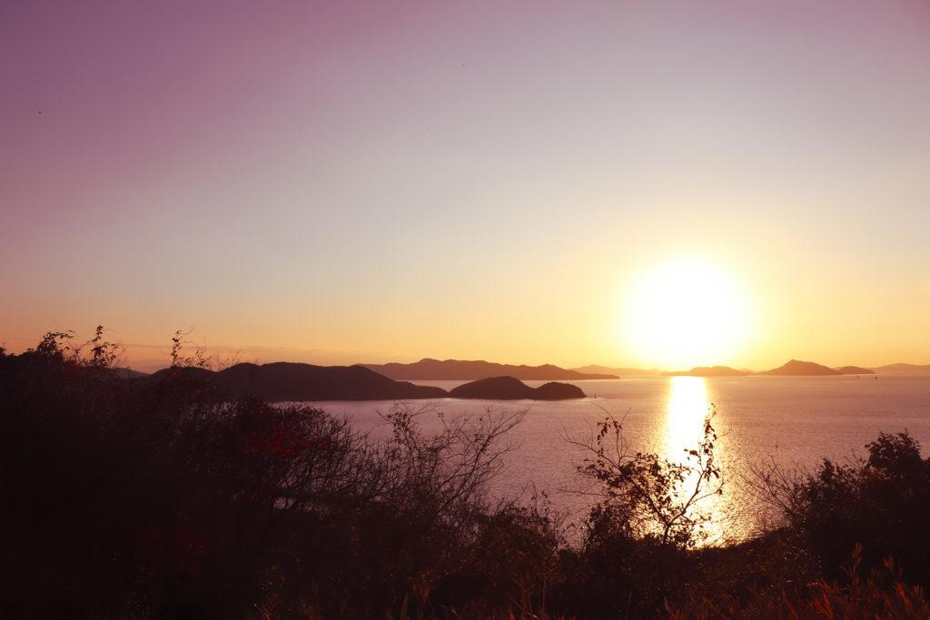 瀬戸内海をオレンジに染め沈みゆく夕日