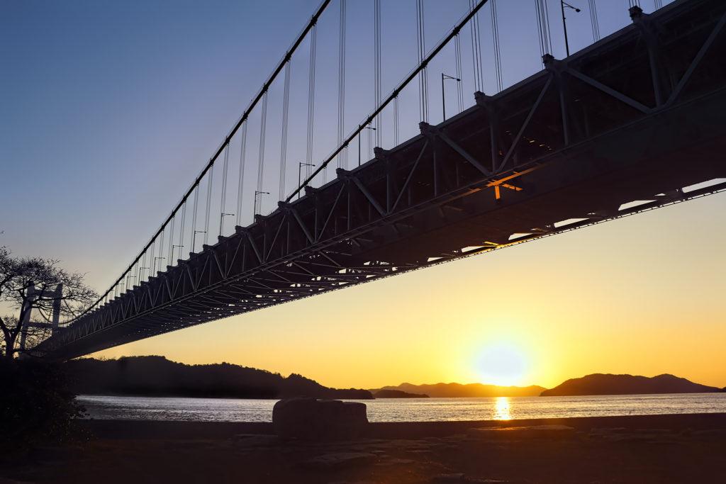 瀬戸大橋と海に沈む夕日