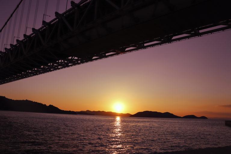 瀬戸大橋と瀬戸内海に沈む夕日