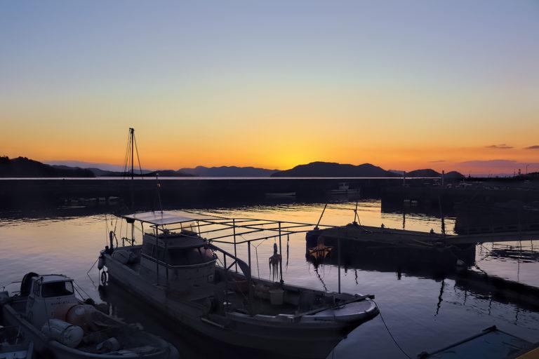 夕暮れ時の下津井漁港 漁船と海