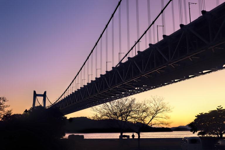 日が沈み薄暗くなった時間の瀬戸大橋