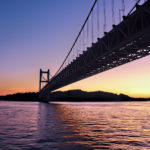間もなく夜になりそうな日が落ちた後の瀬戸大橋