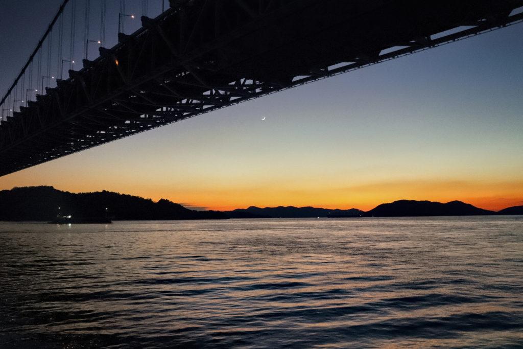 暮れかけた空と海と瀬戸大橋