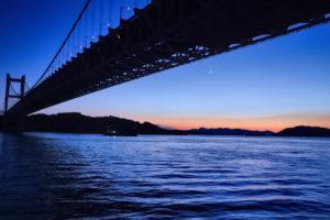三日月が出始めた空と瀬戸大橋