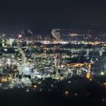海に広がる水島コンビナートの工場夜景