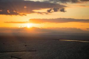 南港コスモタワー展望台から見た雲間の夕日