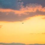 大阪咲洲庁舎からの夕景 オレンジの空を飛ぶ飛行機