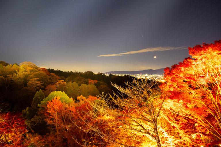 清水の舞台からみた紅葉と山間