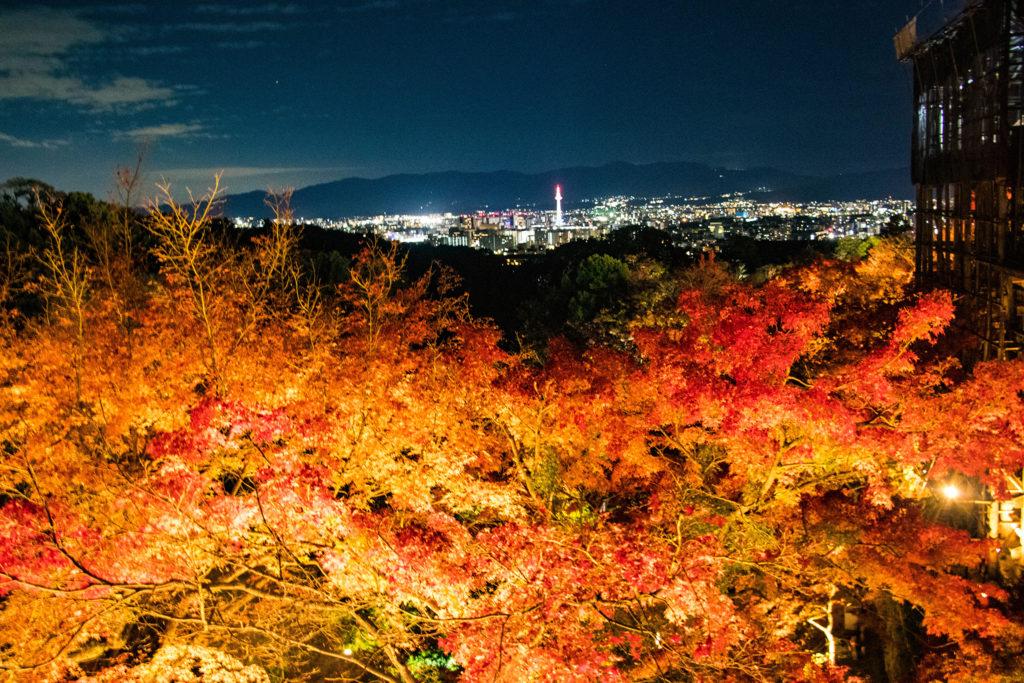 清水の舞台からみた紅葉と京都の街