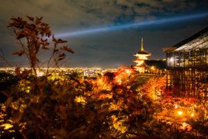 紅葉と京都清水寺 三重塔のライトアップ