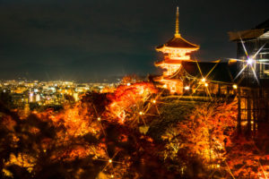 ライトアップされたもみじと京都清水寺三重塔