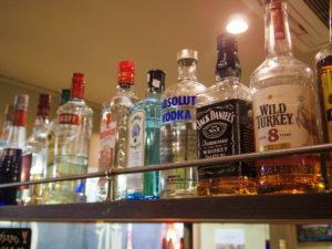 飲み屋さんの棚に並ぶお酒