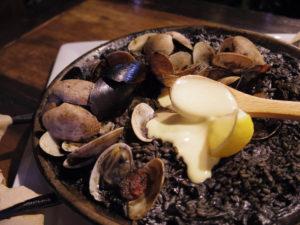 イカスミとチーズのパエリア