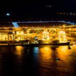港の灯りが水面に反射する風景