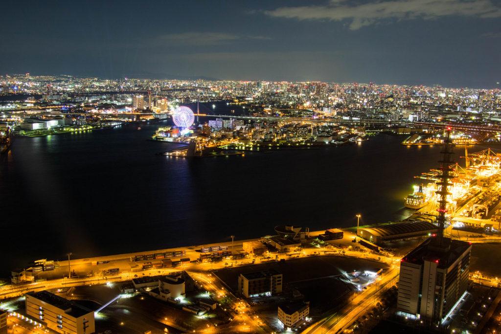 観覧車と大阪平野を一望する夜景