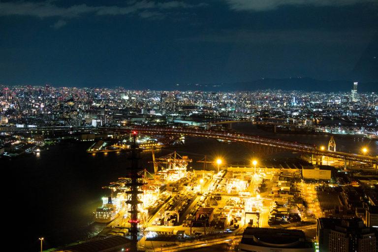 大阪の夜の街を一望できるコスモタワー展望台からの夜景