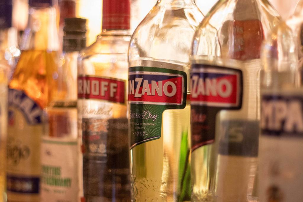 バー お酒の瓶
