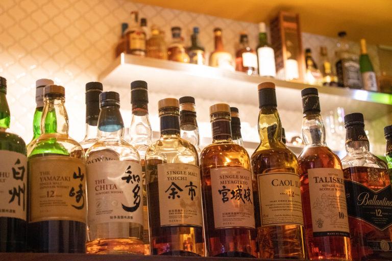 棚に並ぶウィスキーのボトル