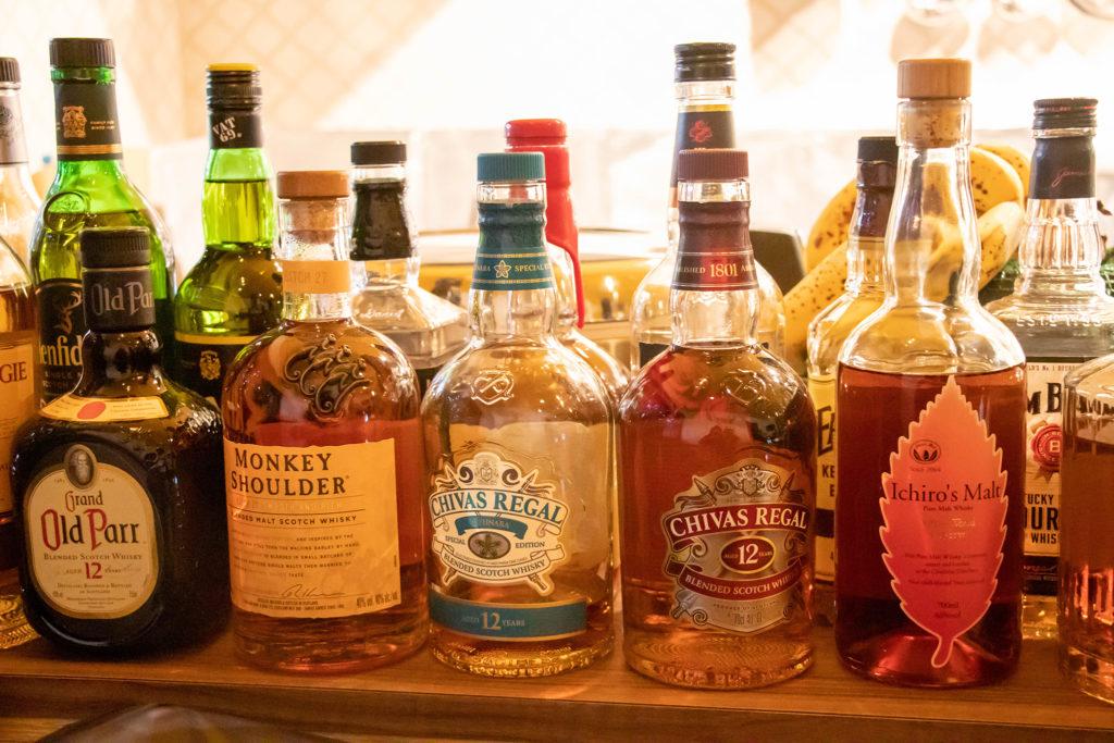 バーの棚に並ぶウィスキー