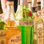 バーの棚に並ぶ洋酒のボトル
