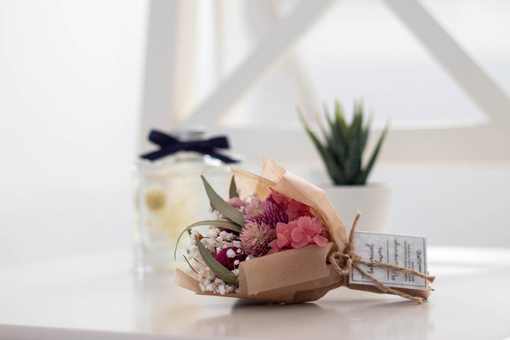 ピンクのドライフラワーとミニ観葉植物