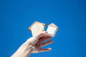 家の積み木と青空