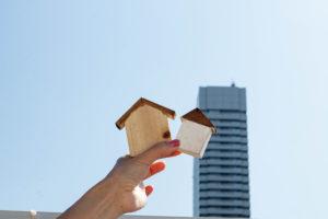 高層ビルと家
