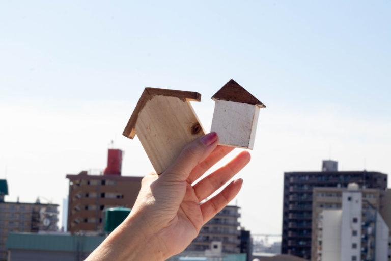 都会の街並みと家の積み木